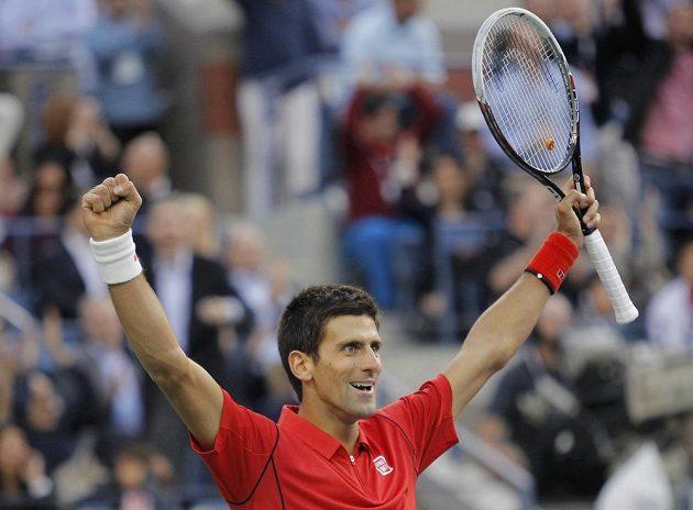 Srb Novak Djokovič se raduje ve finále US Open proti Rafaelu Nadalovi po proměněném brejkbolu, jemuž předcházelo 54 úderů.