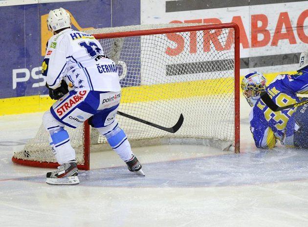 Brněnský Leoš Čermák přihlíží, jak Libor Pivko (není na snímku) otevírá skóre 3. finálového zápasu se Zlínem.