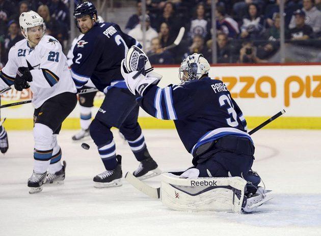 Brankář Winnipegu Ondřej Pavelec zasahuje v utkání se San Jose.