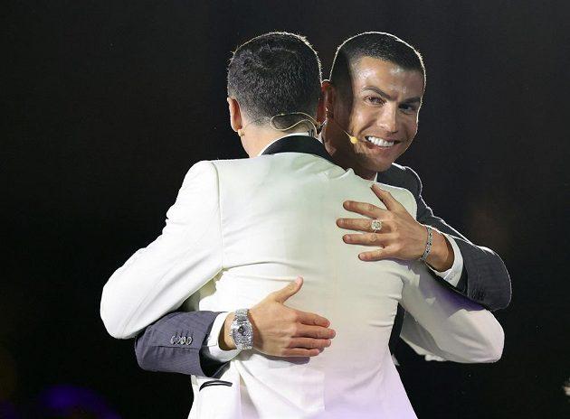 Cristiano Ronaldo v objetí s Robertem Lewandowskim