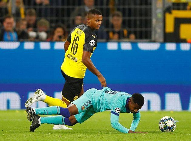 Barcelonský Anssumane Fati padá během utkání Ligy mistrů s Borussií Dortmund po ataku Manuela Akanjiho.
