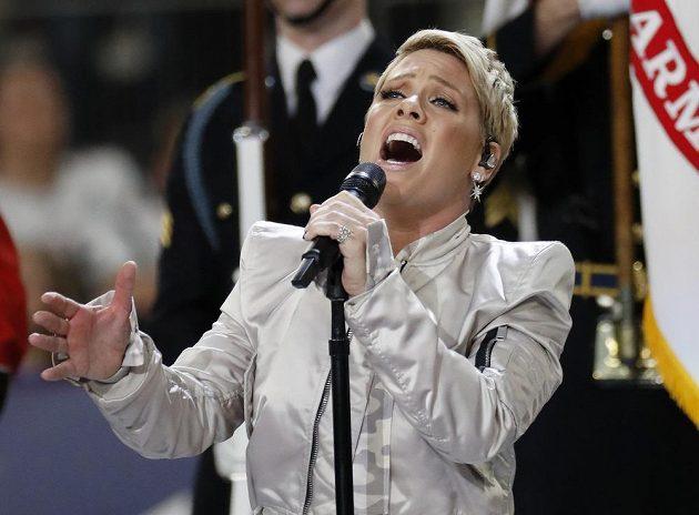 Zpěvačka Pink při hymně před utkáním Philadelphie a New England Patriots.