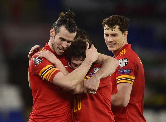 Gareth Bale (vlevo) slaví výhru nad českým týmem se střelcem jediného gólu Danielem Jamesem.