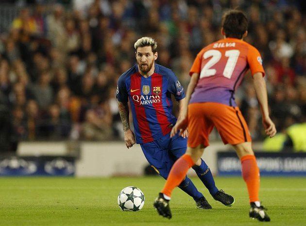 Lionel Messi z Barcelony vede míč v zápase s Manchesterem City.