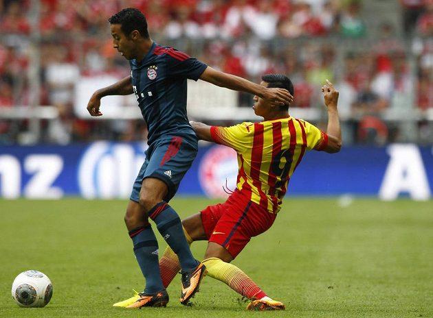 Záložník Bayernu Thiago (vlevo) a dotírající útočník Barcelony Alexis Sánchez.
