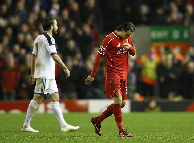 Liverpoolský Lazar Markovič opouští hřiště po vyloučení v utkání Ligy mistrů proti Basileji.