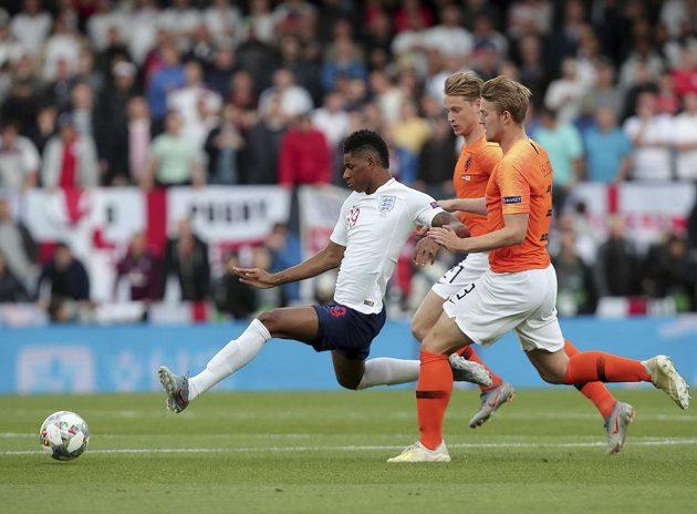 Útočník anglické reprezentace Marcus Rashford v souboji s nizozemskou přesilou.