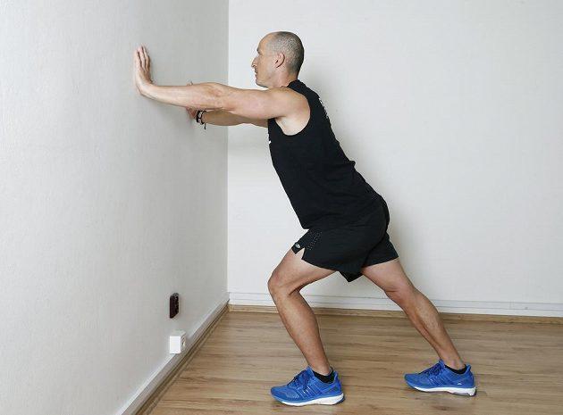 Lýtka: Opřete se rukama o zeď v úrovni ramen. Jednu nohu pokrčte, druhou natáhněte a držte vzadu.