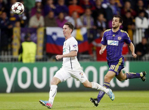 Plzeňský záložník Milan Petržela (vlevo) ve sprinterském souboji o míč s obráncem Mariboru Mitjou Vilerem.