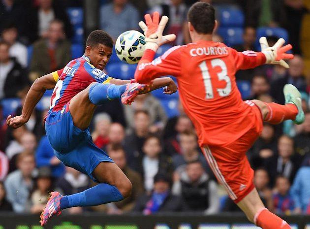 Fraizer Campbell (vlevo), jediný hráč Crystal Palace, který v ligovém souboji vyzrál na Thibauta Courtoise v brance Chelsea.