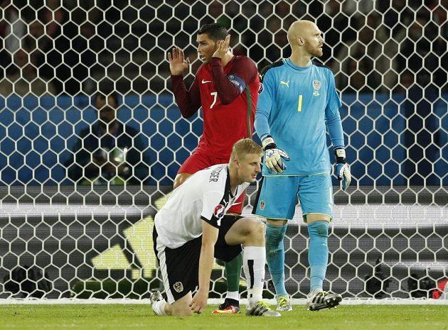 Portugalec Cristiano Ronaldo (7) a Rakušané Martin Hinteregger a Robert Almer (1).