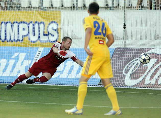Znojemský brankář Vlastimil Hrubý (vlevo) inkasuje první gól. Přihlíží jihlavský záložník Lukáš Masopust.
