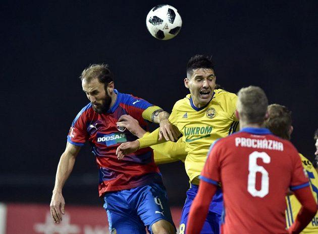 Zleva Roman Hubník z Plzně a Zoran Gajič ze Zlína v utkání 18. kola první ligy.