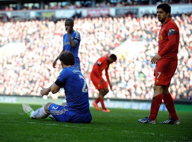 Kousnul mě! Zadák Chelsea Ivanovič si na zemi prohlíží šrám, který mu způsobil Luis Suárez.