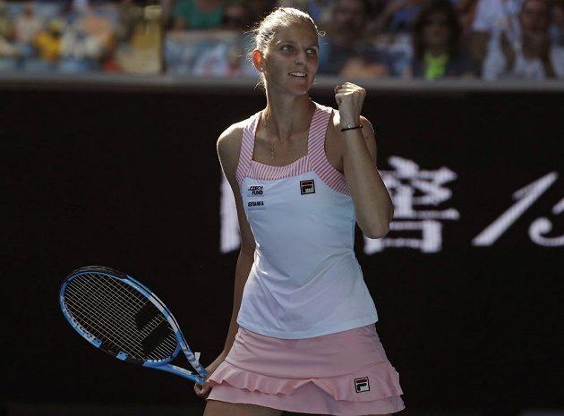 Cesta do čtvrtfinále je volná. Karolína Plíšková se raduje po výhře na Španělkou Garbiňe Muguruzaovou.
