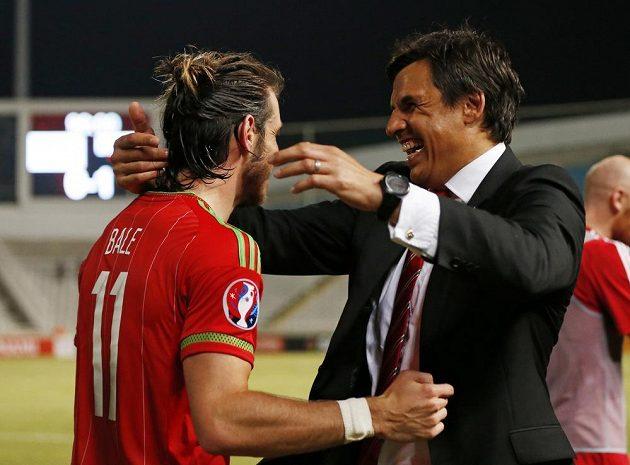 Wales propadá euforii! Gareth Bale (vlevo) slaví s koučem Chrisem Colemanem.