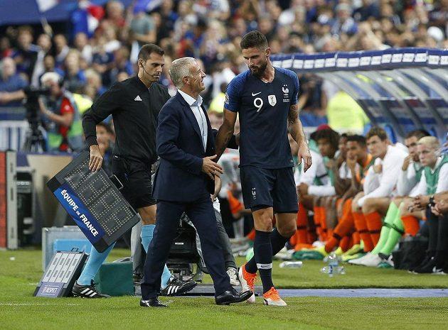 Olivier Giroud v diskusi s trenérem Didierem Deschampsem