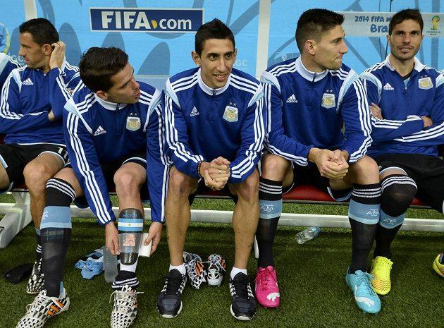 Zraněný Ángel Di María (uprostřed) musel zůstat na argentinské lavičce náhradníků.