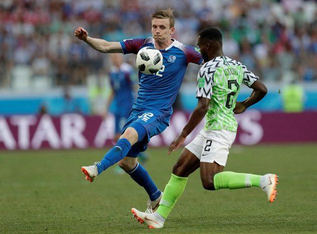 Brian Idowu (vpravo) z Nigérie se snaží zastavit Jóna Dadiho Bódvarssona z Islandu.