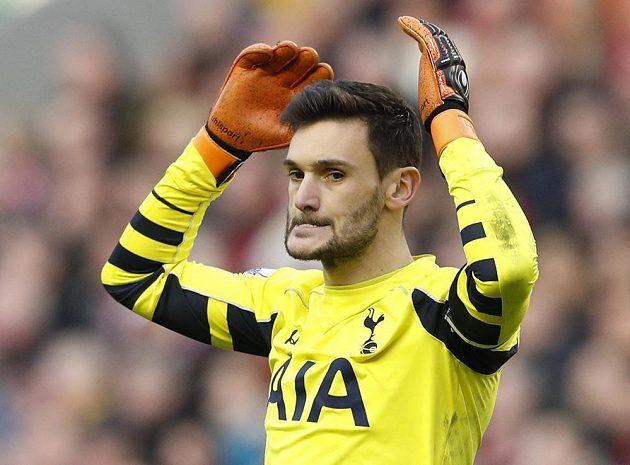 Ztráta bodů bolí... Tottenhamský brankář Hugo Lloris po remíze s Liverpoolem.