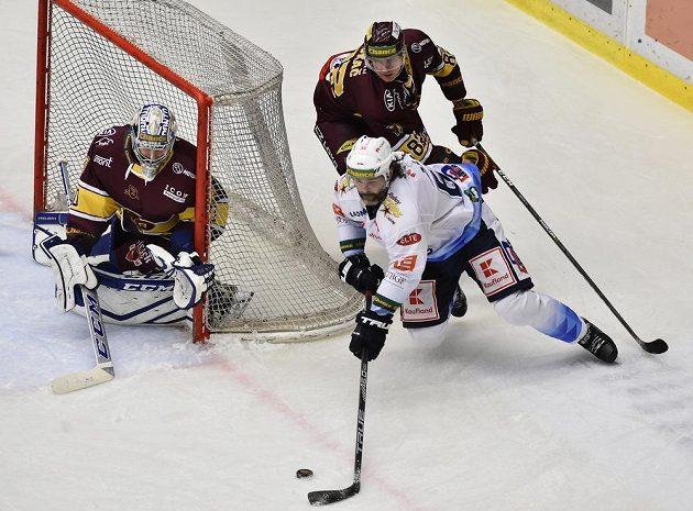 Čtvrtý zápas finále play off první hokejové Chance ligy. Zleva brankář Jihlavy Maxim Žukov, Jaromír Jágr z Kladna a Daniel Bukač z Jihlavy.