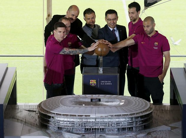 Barcelonští fotbalisté (zleva) Lionel Messi, Andres Iniesta, člen představenstva Jordi Moix, trenér Luis Enrique, prezident Josep Maria Bartomeu a hráči Sergio Busquets a Javier Mascherano představují novou podobu stadiónu Camp Nou.