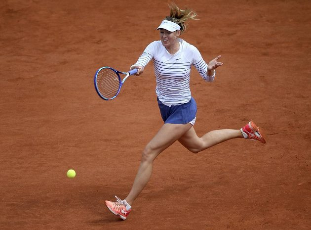 Maria Šarapovová v zápase s Lucií Šafářovou v osmifinále Roland Garros.