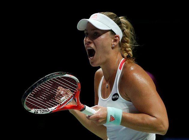 Německá tenistka Angelique Kerberová slaví na Turnaji mistryň vítězství nad Dominikou Cibulkovou.