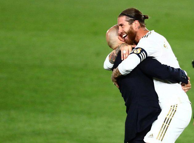 Kapitán Realu Sergio Ramos a trenér Zinedine Zidane.