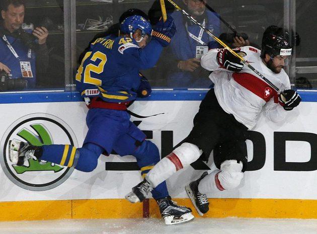 Ostrý souboj u mantinelu mezi Švýcarem Dominikem Schlumpfem a Švédem Joakimem Nordströmem během čtvrtfinále MS.