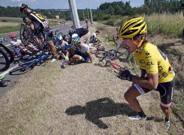 Potlučený Fabian Cancellara (vpravo) se sápe z příkopu po hromadném pádu ve třetí etapě Tour. Švýcar a dosavadní držitel žlutého trikotu posléze ze závodu odstoupil.