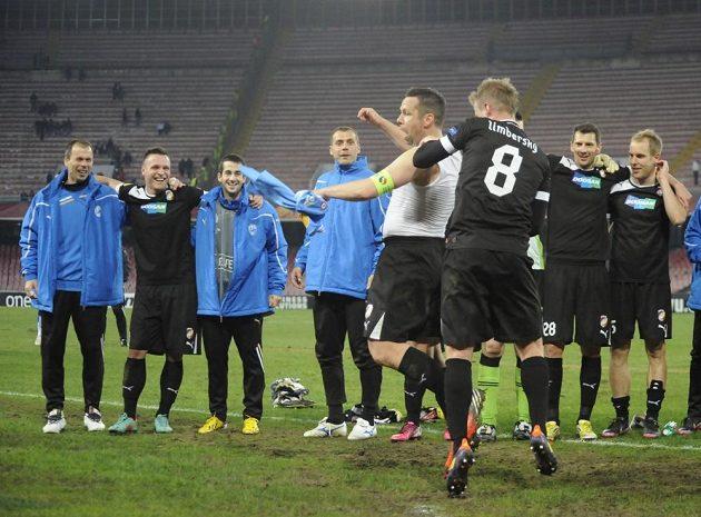 Kdo ví, za co dostla kapitán Plzně Pavel Horváth výprask od Davida Limberského, když jeho Viktoria zvítězila v Neapoli o tři góly.