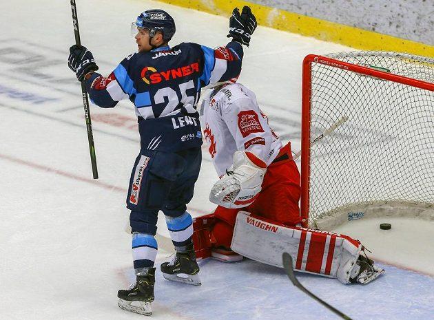 Útočník Liberce Radan Lenc se raduje z gólu, vpravo je brankář Třince Šimon Hrubec.