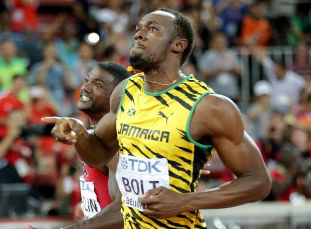 V tuto chvíli už Usain Bolt (vpravo) tušil, že obhajoba zlata na MS v běhu na 100 metrů je realitou. Vlevo v cíli druhý Justin Gatlin.