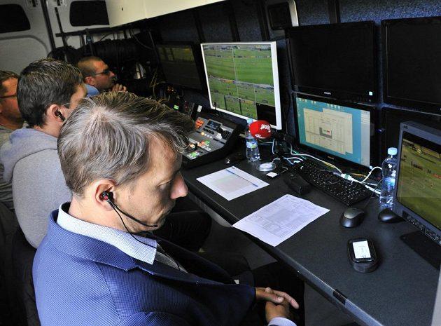 Při duelu juniorské ligy mezi Spartou a Slavií na pražském Strahově se testoval online režim videorozhodčího. Na jaře má být k dispozici v nejvyšší soutěži. Na snímku jsou videorozhodčí Karel Hrubeš (blíže) a Roman Hrubeš.