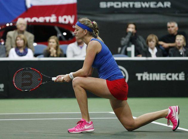 V prvním setu Petra Kvitová ztratila třikrát vlastní servis, přesto sadu získala 7:6 v tie breaku.