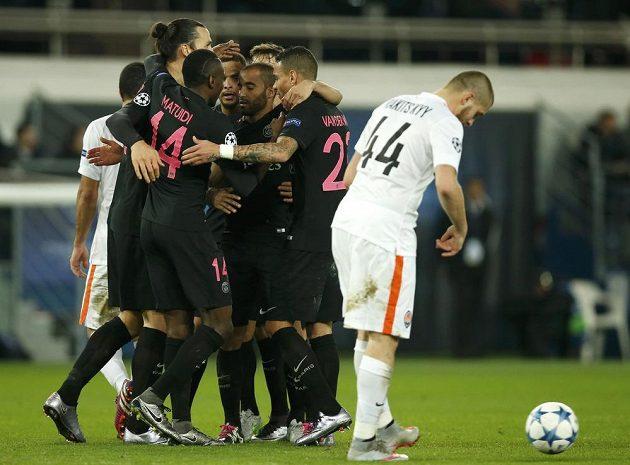 Fotbalisté Paris Saint-Germain se radují z gólu proti Šachtaru Doněck.