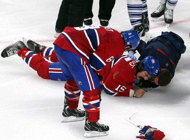 Forvard Canadiens George Parros v péči klubového lékaře.