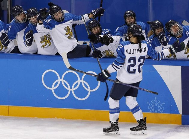 Finská hokejistka Emma Nuutinenová slaví se spoluhráčkami svůj gól v síti Švédska. Finky ve čtvrtfinále vyhrály 7:2.