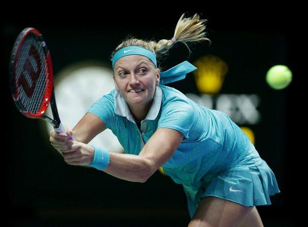 Česká tenistka Petra Kvitová během utkání s Polkou Agnieszkou Radwaňskou na Turnaji mistryň v Singapuru.