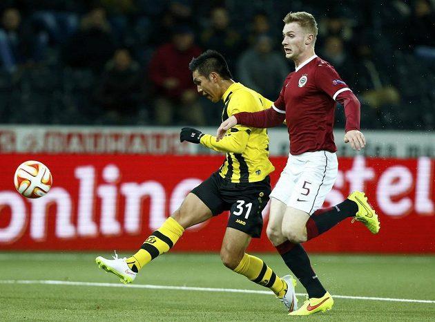 Yuya Kubo z Young Boys Bern střílí na bránu Sparty. Vpravo je obránce Pražanů Jakub Brabec.