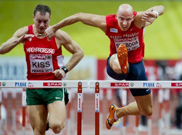 Petr Svoboda (vpravo) při rozběhu závodu na 60 metrů překážek na HME v Praze.