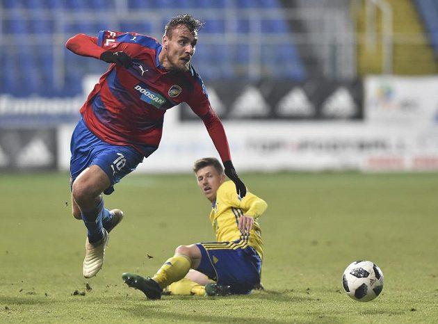 Plzeňský fotbalista Tomáš Chorý (vlevo) v souboji s Lukášem Bartošákem ze Zlína.