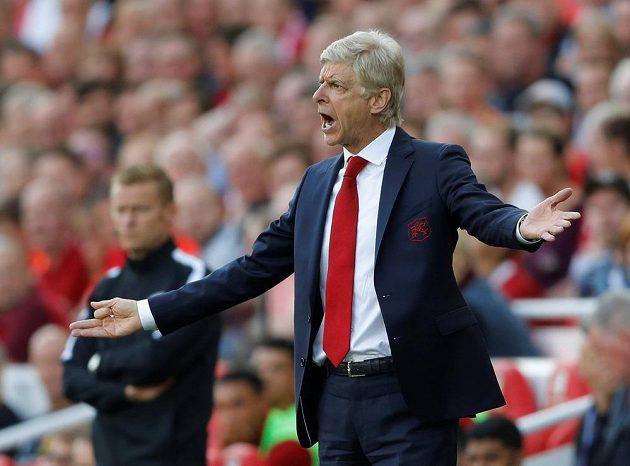 Trenér Arsenalu Arsène Wenger žene své svěřence.