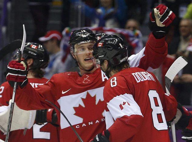 Kanadský obránce Drew Doughty (vpravo) slaví s útočníkem Jonathanem Toewsem gól proti Finsku.