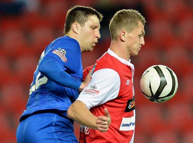 Útočník Slavie Tomáš Necid (vpravo) si zpracovává míč před Alešem Schusterem z Brna.