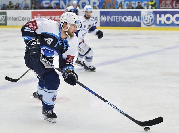 Jakub Kindl z Plzně a Martin Zaťovič z Brna (vzadu) ve druhém semifinále play off.