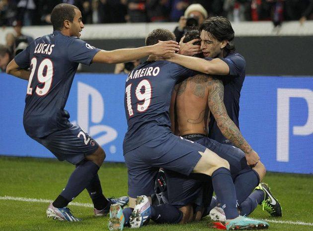 Útočník Paris Saint-Germain Ezequiel Lavezzi (druhý zprava) se raduje se spoluhráči z gólu do sítě Valencie.