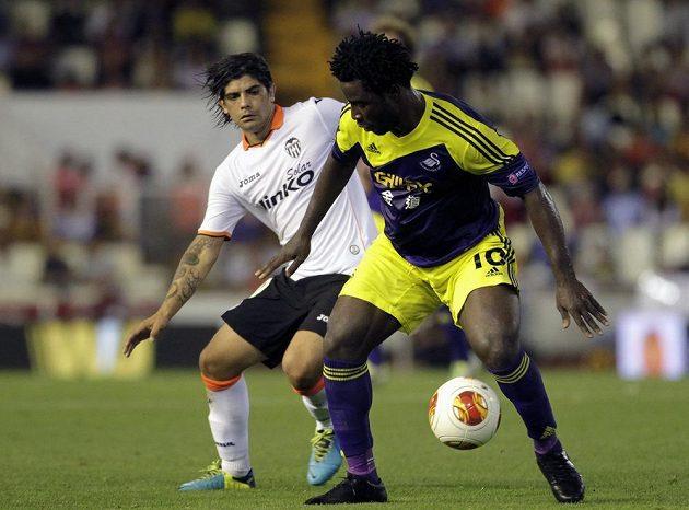 Útočníka Swansea Bonyho Wilfrieda (vpravo) brání Ever Banega z Valencie.