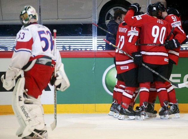 Švýcarští hokejisté se radují ze vstřelení gólu proti Česku.